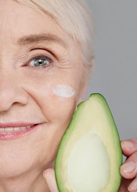 Close-up vrouw met avocado Gratis Foto