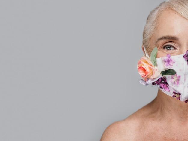Close-up vrouw met bloemen masker met kopie-ruimte Gratis Foto