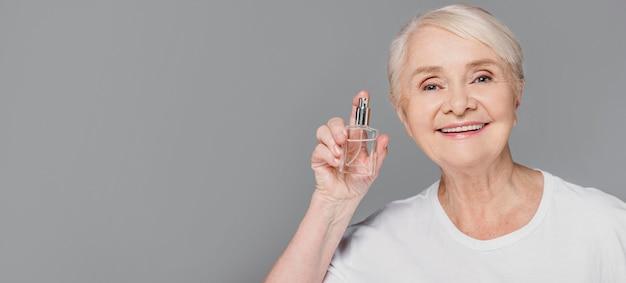 Close-up vrouw met fles Gratis Foto