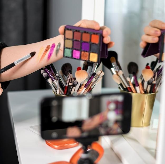 Close-up vrouw met make-up palet Gratis Foto
