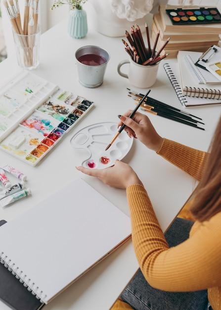 Close-up vrouw met schilderij penseel Premium Foto