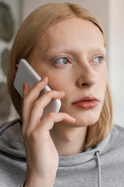 Close-up vrouw praten over de telefoon Gratis Foto
