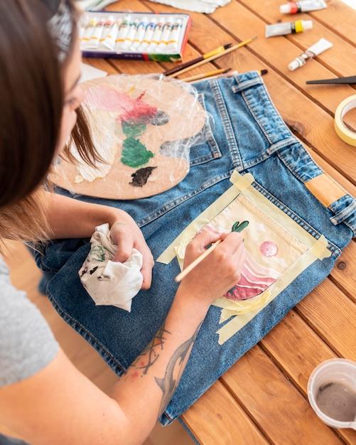 Close-up vrouw schilderen op zak Gratis Foto