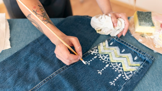 Close-up vrouw schilderij jeans Gratis Foto