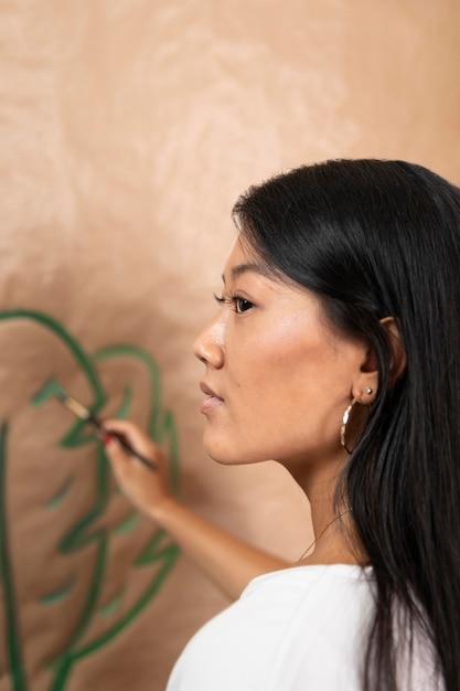 Close-up vrouw schilderij thuis Gratis Foto