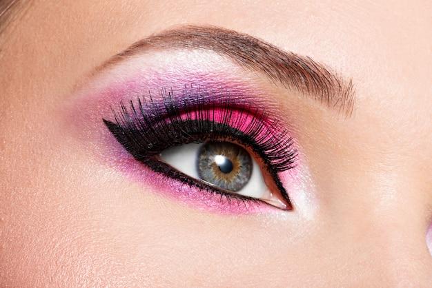 Close-up vrouwelijk oog met mooie mode helder roze make-up Gratis Foto