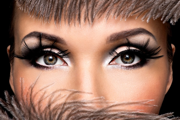 Close-up vrouwelijk oog met mooie mode make-up met lange valse eyelashe Gratis Foto