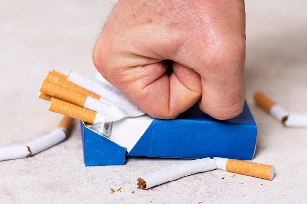 Close-up vuist verpletterende sigaretten pak Gratis Foto