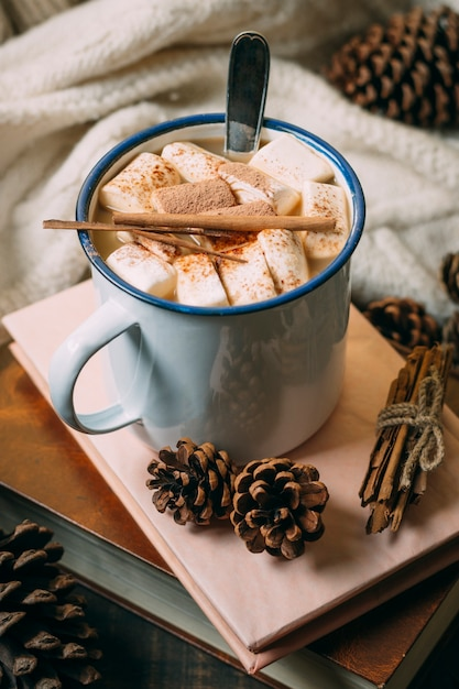 Close-up warme chocolademelk met boeken Gratis Foto