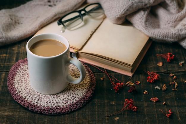 Close-up warme chocolademelk met een boek Gratis Foto