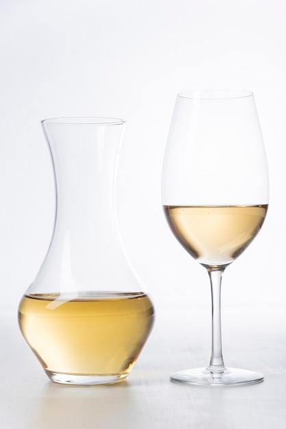 Close-up witte wijnglas en karaf Premium Foto