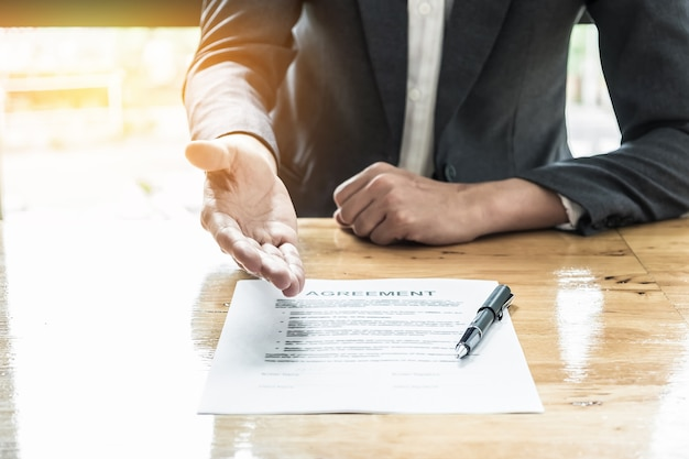 Close-up zakenman wachten ondertekening overeenkomst. Premium Foto