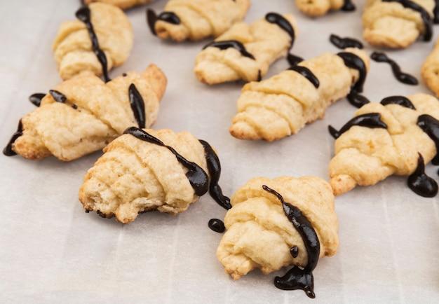Close-up zelfgemaakte croissants met chocolade Gratis Foto