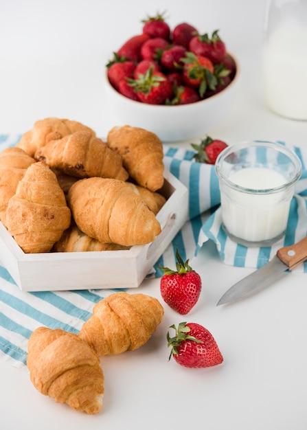 Close-up zelfgemaakte croissants op tafel Gratis Foto