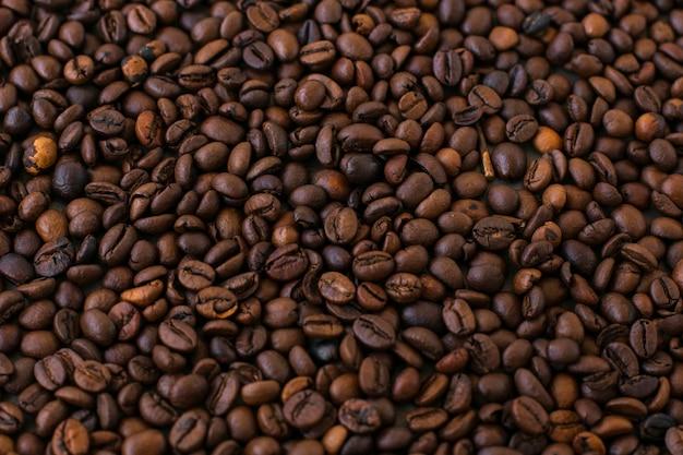 Close-upachtergrond van koffiebonen Gratis Foto
