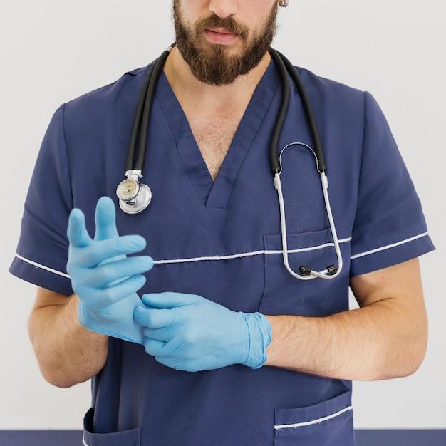 Close-uparts met stethoscoop en handschoenen Gratis Foto