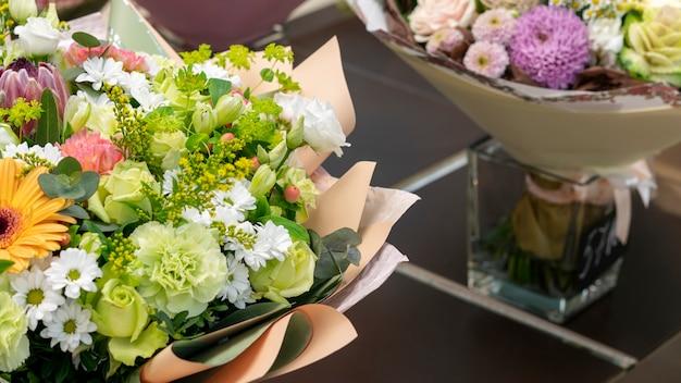Close-upassortiment van kleurrijke bloemen Gratis Foto