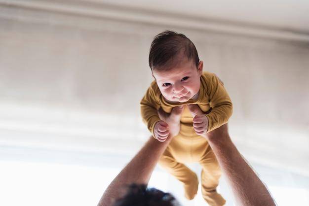 Close-upbaby die door vader wordt gesteund Gratis Foto