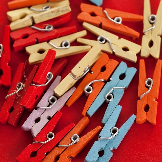 Close-upbeeld van kleurrijke bureauwasknijpers Gratis Foto