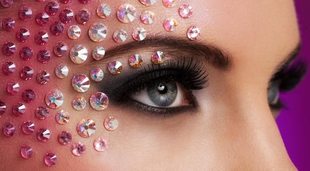 Close-upbeeld van ogen met diamantmake-up Gratis Foto
