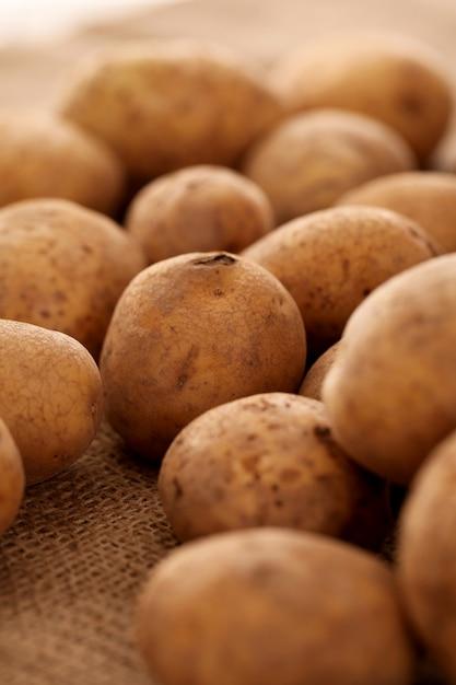 Close-upbeeld van rustieke aardappels Gratis Foto