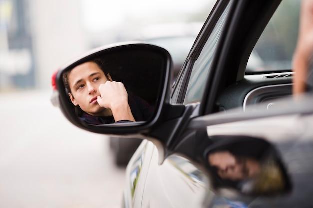 Close-upbezinning van de mens in de spiegel Gratis Foto