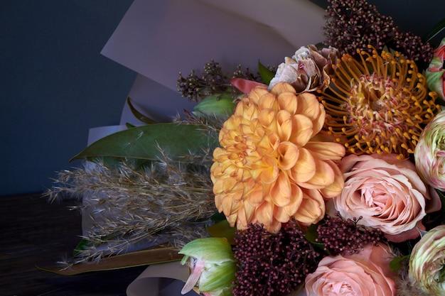 Close-upboeket in uitstekende stijl op een donkere achtergrond, selectieve nadruk wordt verfraaid die Premium Foto