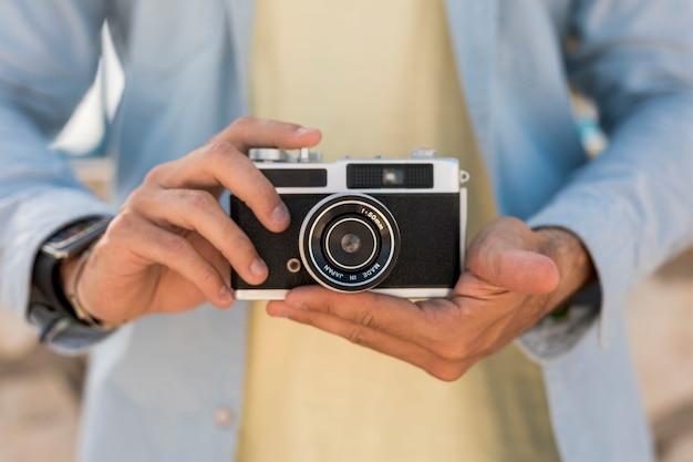 Close-upcamera door persoon wordt gehouden die Gratis Foto