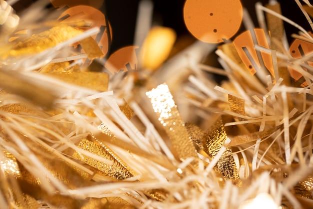 Close-upconfettien voorbereid op nieuwjaarsfeest Gratis Foto