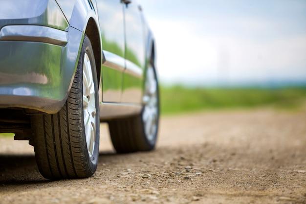 Close-updetail van autodeel, wielen met aluminiumschijf en zwarte rubberbandbeschermer op lichte in openlucht achtergrond. reizen en voertuigen concept. Premium Foto