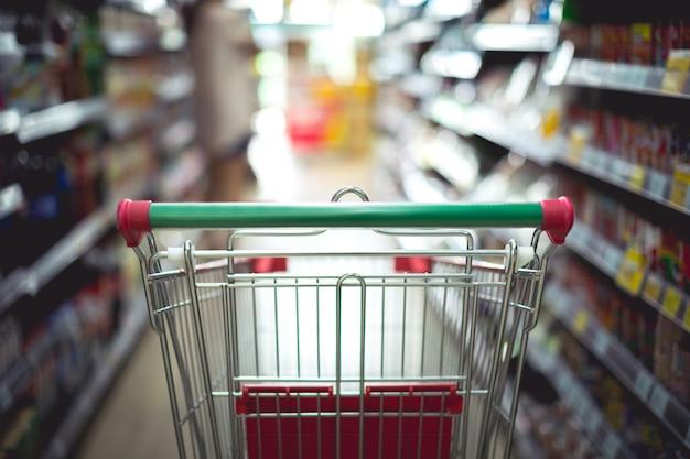 Close-updetail van een vrouw die in een supermarkt winkelt Gratis Foto