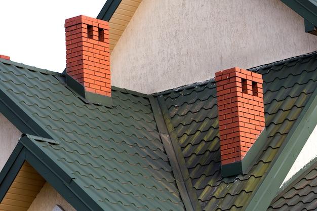 Close-updetail van nieuwe moderne huisbovenkant met shingled groen dak Premium Foto
