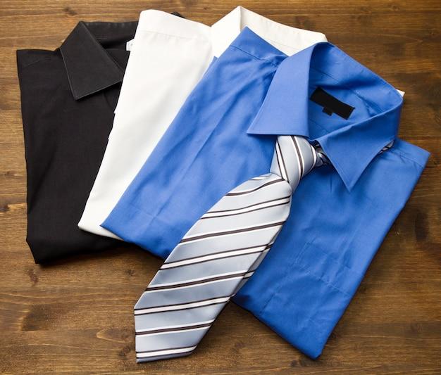 Close upfield met gestapelde shirts met stropdas. Premium Foto