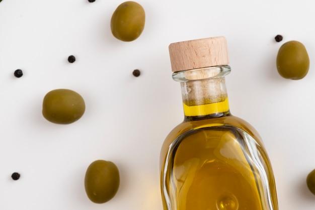 Close-upfles olie en groene olijven Gratis Foto