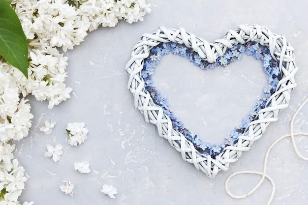 Close-upfoto van de witte vorm van het bloemenhart hoogste mening Premium Foto