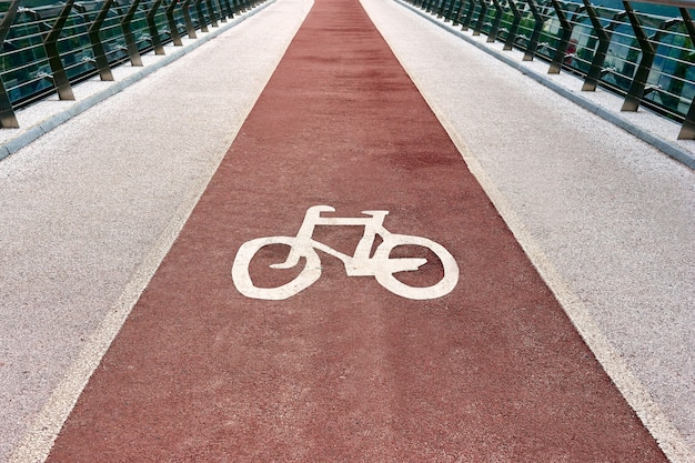 Close-upfoto van een fietssymbool op het fietspad van de stad. fietspad verkeersbord op de brug. Premium Foto