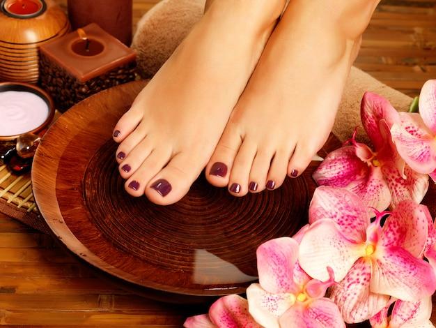 Close-upfoto van een vrouwelijke voeten bij kuuroordsalon op pedicureprocedure. Gratis Foto