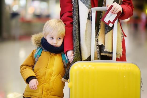 Close-upfoto van vrouw met kleine jongen op de internationale luchthaven Premium Foto