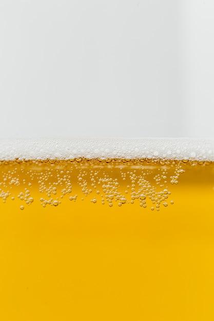 Close-upglas bier met schuim Gratis Foto