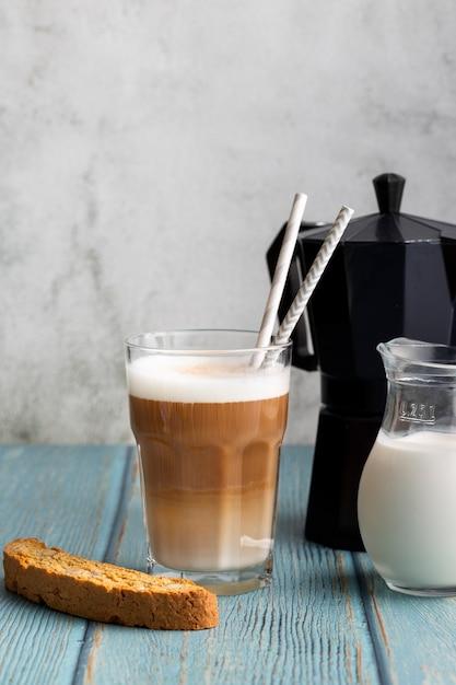 Close-upglas met smakelijk ijs latte Gratis Foto