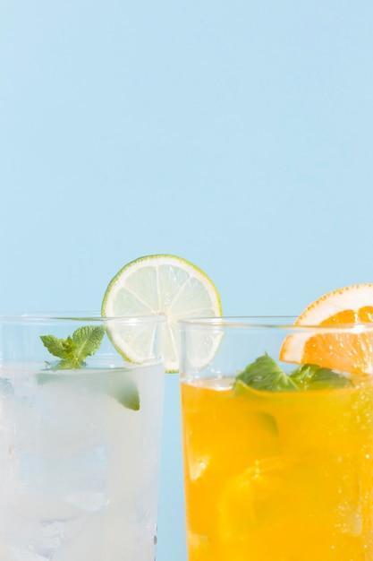 Close-upglazen met dranken Gratis Foto