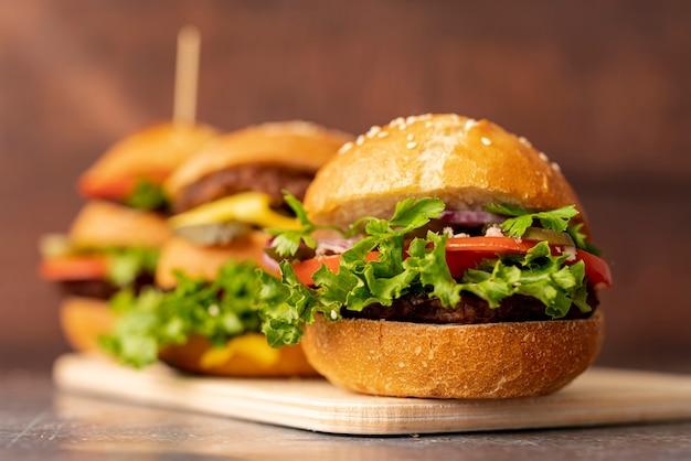 Close-uphamburgers op snijplank Gratis Foto