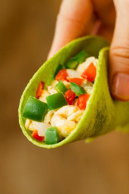 Close-uphand die smakelijke taco houden Gratis Foto
