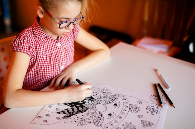 Close-uphand met kerstmisbeelden van de potloodtekening. nieuwjaar thema Premium Foto
