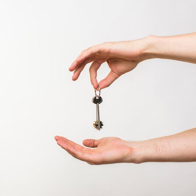 Close-uphanden die sleutels houden Premium Foto