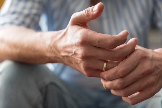 Close-uphanden met gouden ring Gratis Foto