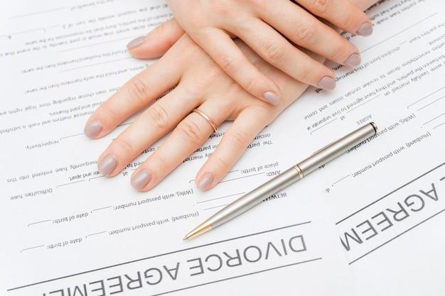 Close-uphanden op scheidingsovereenkomst Gratis Foto