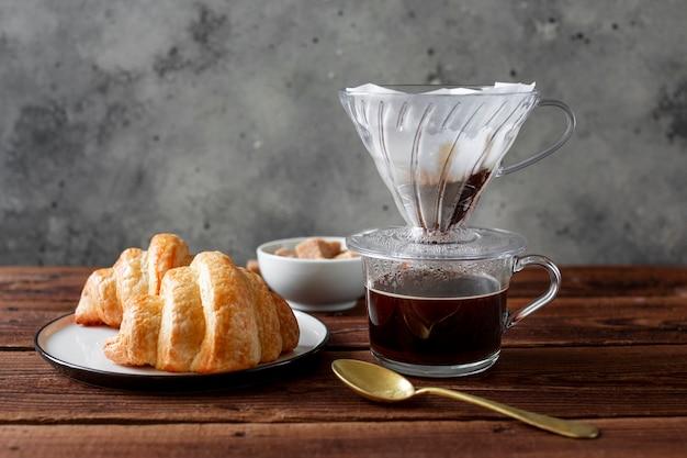 Close-upkoffie met smakelijk croissant Gratis Foto