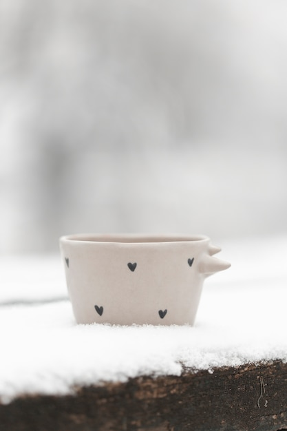 Close-upkop thee in openlucht in de winter Gratis Foto