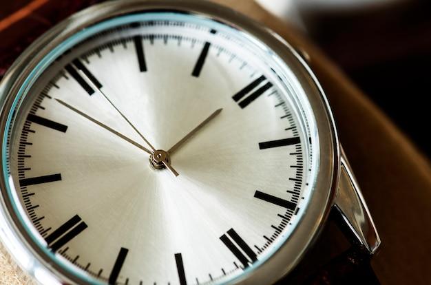 Close-upmacro van een horloge wordt geschoten dat Gratis Foto